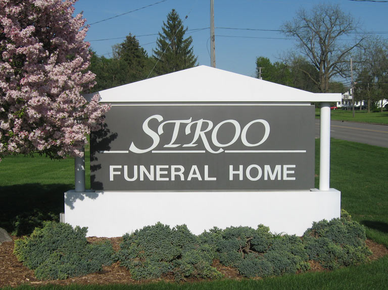 stroo funeral home sign in yard